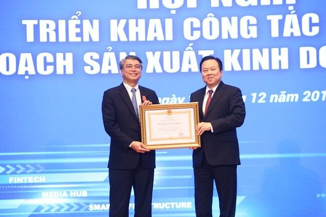 Đồng chí Nguyễn Hoàng Anh, UV Trung ương Đảng, Chủ tịch Ủy ban QLVNNTDN trao Huân chương Lao động hạng Nhất cho đồng chí Trần Mạnh Hùng, nguyên Chủ tịch HĐTV Tập đoàn VNPT
