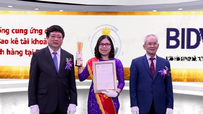 Bà Ngô Thị Liên Hương – Giám đốc Trung tâm Dịch vụ khách hàng BIDV nhận giải thưởng vinh danh Hệ thống cung ứng dịch vụ sao kê tài khoản khách hàng tại BIDV