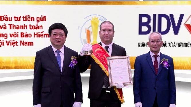 Ông Nguyễn Tường Linh – Phó GĐ TT CNTT nhận giải Hệ thống đầu tư tiền gửi tự động và Thanh toán song phương với Bảo hiểm xã hội Việt Nam