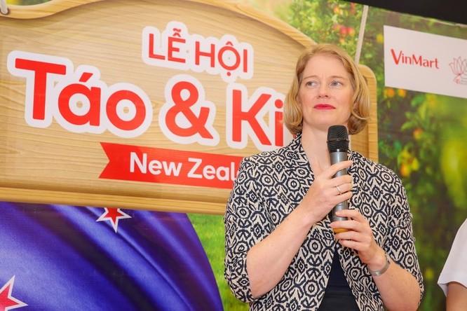 Đại sứ New Zealand thưởng thức táo và kiwi của đất nước mình ngay tại VinMart ảnh 3