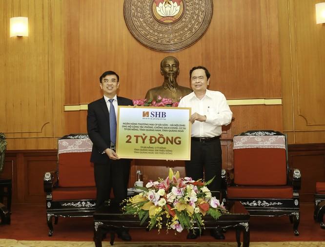 Ông Nguyễn Văn Lê, Tổng Giám đốc Ngân hàng SHB đại diện ngân hàng trao ủng hộ 2 tỷ đồng công tác phòng chống dịch Covid-19 tại miền Trung