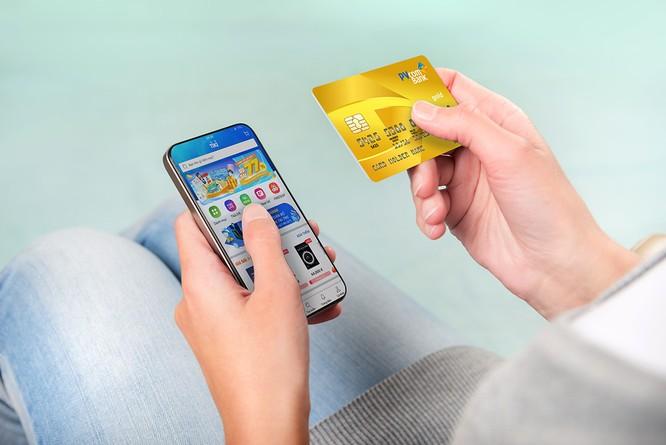 Thẻ tín dụng tích hợp với app thanh toán trên điện thoại mang lại nhiều tiện ích cho khách hàng.