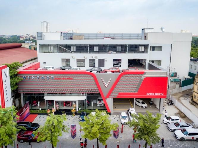 Showroom mới khai trương tại địa chỉ 166 Phạm Văn Đồng (Bắc Từ Liêm, Hà Nội) của VinFast gây ấn tượng mạnh với tổng diện tích sử dụng lên tới gần 5.000 m2, với đầy đủ chức năng của một showroom 3S (Sales – Kinh doanh, Services – Dịch vụ, Spare parts – Phụ tùng). Đây hiện là showroom có quy mô lớn nhất toàn quốc của thương hiệu ô tô Việt.