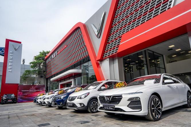 Showroom Phạm Văn Đồng được thiết kế sang trọng, hiện đại theo bộ nhận diện mới của VinFast, với tông màu đỏ đặc trưng của thương hiệu kết hợp cùng các chi tiết màu trắng và ghi xám.