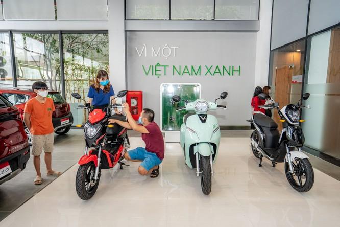 Khu vực trưng bày rộng 280 m2 của showroom Phạm Văn Đồng không chỉ có các dòng ô tô VinFast Lux SA2.0, Lux A2.0 và Fadil, mà còn có cả các dòng xe máy điện KlaraS, Impes và Ludo, cùng các phụ kiện, đồ chơi dành riêng cho các dòng xe VinFast.