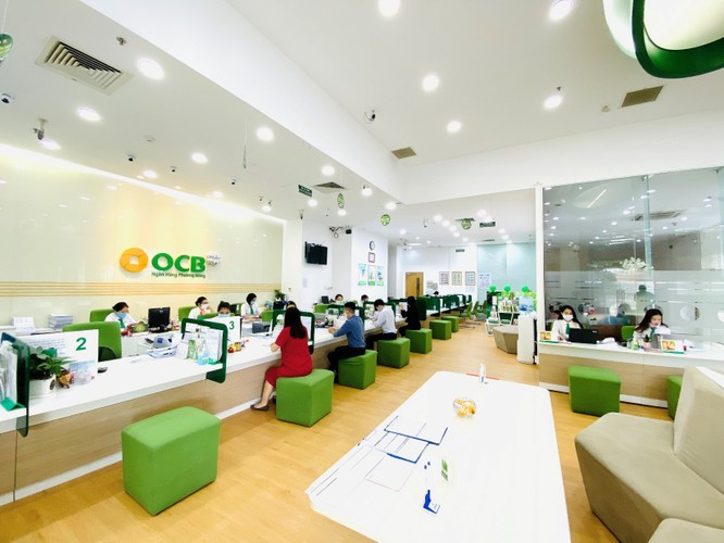 Khách hàng giao dịch tại ngân hàng OCB. Ảnh: OCB.