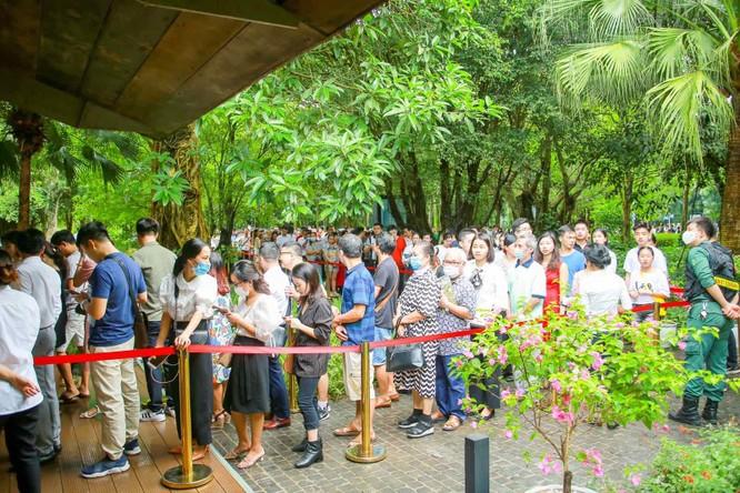 Sức nóng trong khu đô thị lên tới đỉnh điểm vào lúc 10h sáng, khi nhà mẫu Sky Oasis chính thức mở cửa. Tại thời điểm này, gần 2,000 khách xếp thành một hàng dài cả cây số trước sảnh bán hàng.