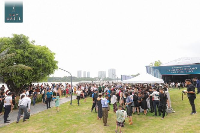 Trước sự kiện khai trương nhà mẫu, Sky Oasis cũng tạo ra cơn bão cho thị trường bất động sản Hà Nội khi hàng nghìn nhà đầu tư kiên nhẫn chờ đợi hàng tiếng đồng hồ, kéo dài gần 500 m bên công viên Hồ Thiên Nga để vào sự kiện công bố dự án.