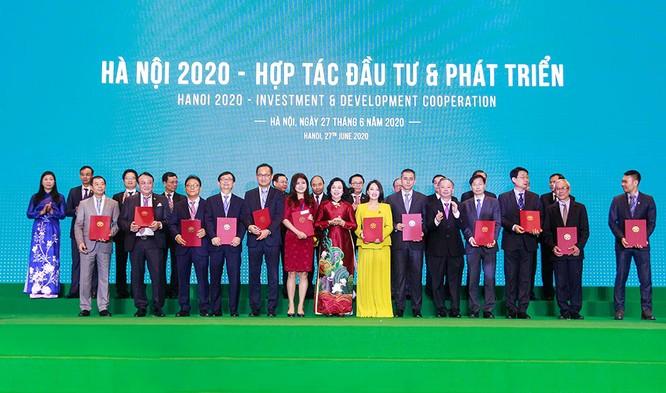Đại diện Thành phố Hà Nội trao cho đại diện KDI Holdings biên bản ghi nhớ hợp tác đầu tư hai dự án tại quận Bắc Từ Liêm.