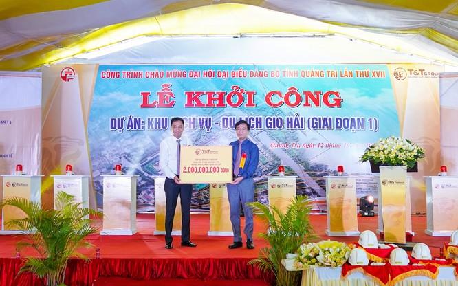 Ông Nguyễn Anh Tuấn, Phó tổng Giám đốc Tập đoàn T&T Group (trái) trao 2 tỷ đồng hỗ trợ Tỉnh Quảng Trị khắc phục hậu quả lũ lụt