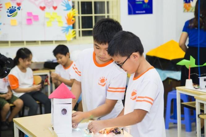 Các em học sinh KDI Education trong tiết thực hành tại phòng học STEM.