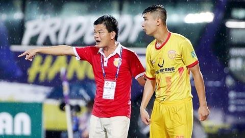 Dù đăng ký chức danh GĐKT nhưng HLV Văn Sỹ vẫn đóng vai trò chỉ đạo chính đội bóng (ảnh Hội CĐV Nam Định)