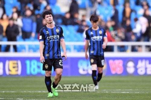 Tiền đạo xứ Nghệ cũng có những bất lợi lớn về thể hình, thể lực so với các đối thủ ở K-League (ảnh CLB)