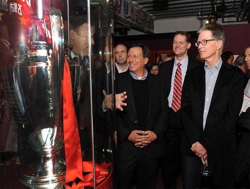 John W Henry (phải) muốn Liverpool hướng đến thành công bền vững (ảnh CLB)
