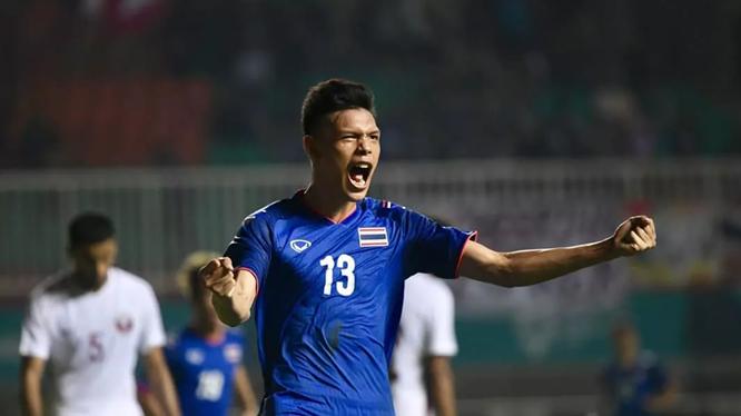 Với chiều cao 1,82m các đường bóng bổng của đội tuyển Thái Lan đều tìm đến cái đầu của tiền đạo trẻ này (ảnh CLB)
