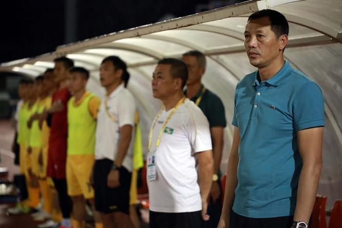 Trợ lý Phạm Anh Tuấn (đứng cạnh HLV Đức Thắng) đột ngột rời đội SLNA sau 10 năm gắn bó (ảnh VPF)