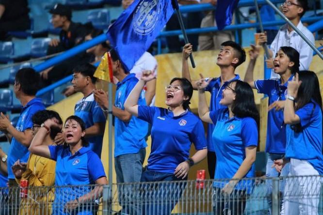 Khán giả Quảng Ninh chờ đợt đội nhà bức tốp trong trận đấu cuối cùng của lượt đi (ảnh VPF)