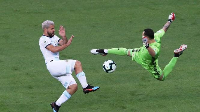 Khi thủ môn David Ospina làm việc xuất sắc, nên dù Albiceleste có các chỉ số chuyên môn tốt hơn, cầm bóng 54%, thực hiện 13 cú sút, trúng đính 6 (phía Colombia là 8 và 2) thì phần thắng vẫn thuộc về HLV Carlos Queiroz và các học trò.