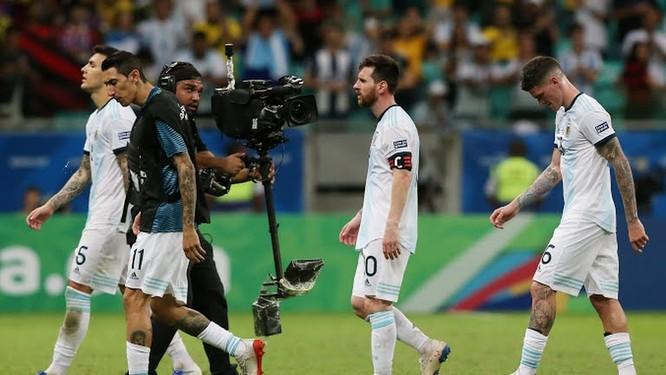 Argentina quá phụ thuộc vào Messi và ngoài Messi ra, Argentina không có nhiều cầu thủ có đẳng cấp vượt trội, HLV cũng chỉ vào loại xoàng (ảnh AP)