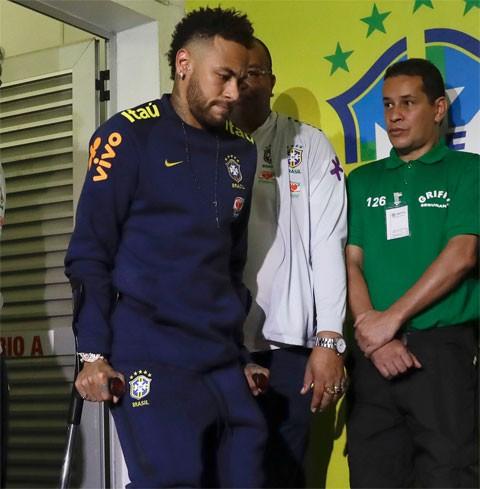 Leonardo, với tư cách đàn anh phải tìm ra cách kiềm hãm được đồng hương Neymar (ảnh AP)