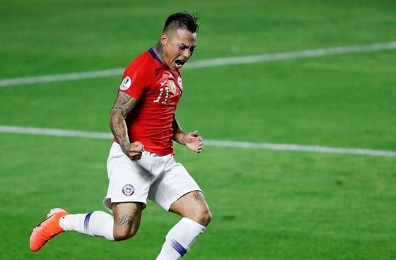 Eduardo Vargas tỏa sáng với cú đúp vào lưới Nhật Bản trong chiến thắng 4-0. Ảnh: AP