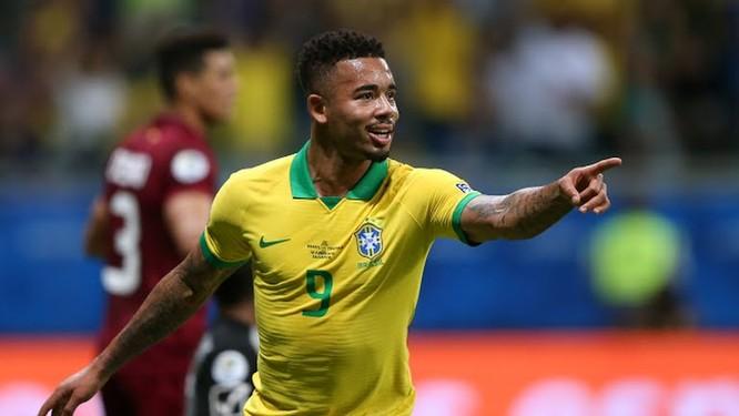 Nhưng trong lúc các cầu thủ Brazil ăn mừng, trọng tài đã xem lại VAR và từ chối bàn thắng bởi cho rằng các cầu thủ Brazil đã việt vị trước khi đưa bóng vào lưới. (ảnh AP)