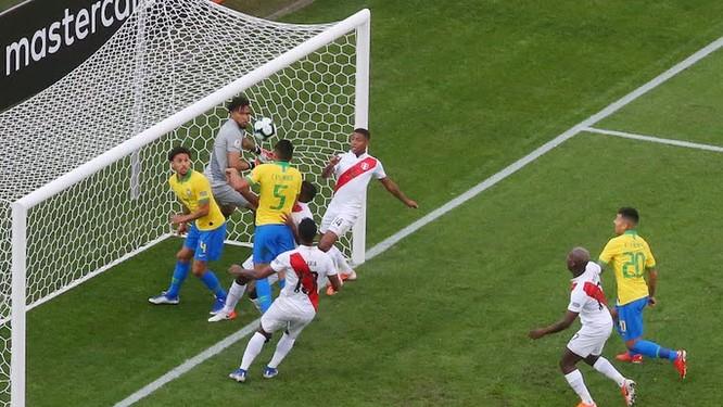 Casemiro đã 2 lần dùng đầu mới ghi được bàn thắng mở tỷ số cho Barazil từ pha đá phạt góc (ảnh AP)