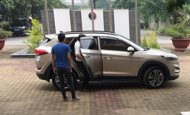 Sau thông báo từ chức, ông Cấn Văn Nghĩa lặng lẽ lên xe rời VFF, từ chối trả lời báo chí (ảnh Phúc Long)