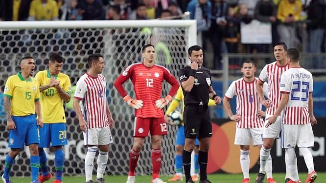 Thường chuyên có 7-8 cầu thủ Paraguay bên phần sân nhà (ảnh AP)