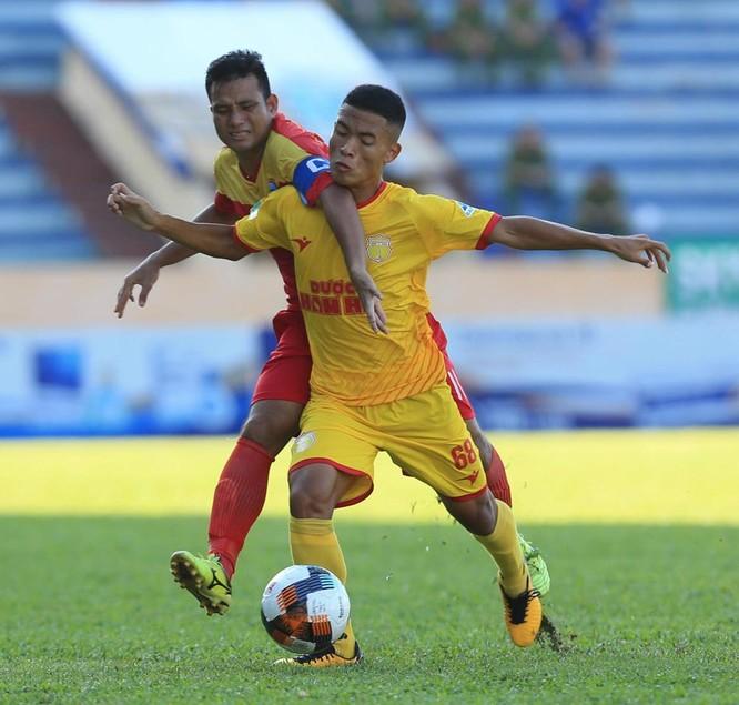 Không dùng ngoại binh, để cầu thủ nhập tịch Lê Văn Phú ngồi dự bị nhưng Nam Định vẫn quá mạnh (ảnh VPF)