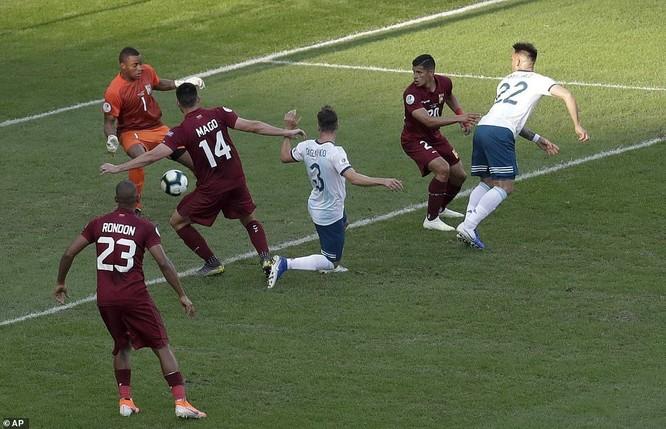 Các cầu thủ Brazil tấn công kiểu sóng vỗ suốt 90 phút những họ vẫn đứng vững, nhưng chỉ cú giật gót, sơ sểnh là Venezuela nhận thất bại cay đắng. (ảnh AP)