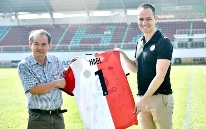 Cái bắt tay với Feyenoord Rotterdam khiến bầu Đức tin rằng nhiều cầu thủ trẻ của HAGL sẽ có thêm cơ hội tiếp cận với bóng đá châu Âu. (ảnh HAGL)