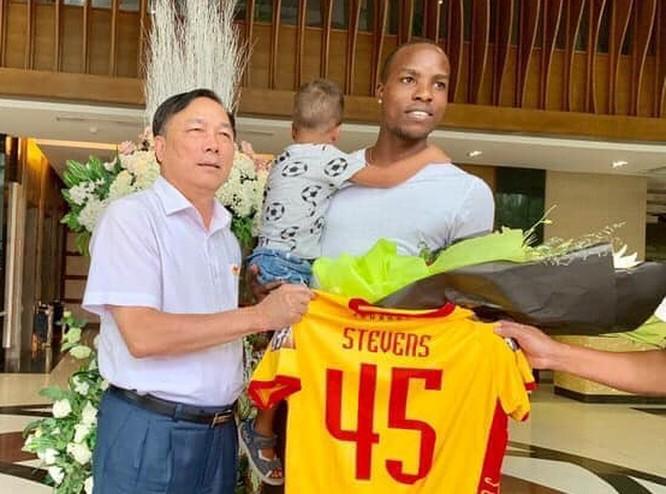 FIFA đã thông báo quyết định Stevens thắng kiện, được tự do chuyển nhượng và buộc CLB Hải Phòng phải trả số tiền đền bù cầu thủ người Jamaica này 200.000 USD (ảnh Hội CĐV Thanh Hóa)