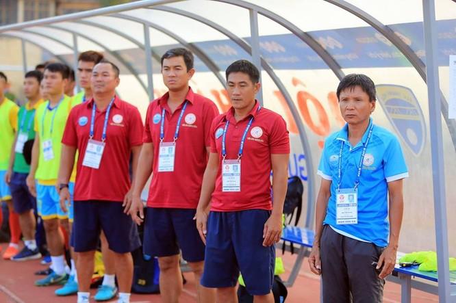 Hơi nóng đã phả sau gáy HLV Võ Đình Tân và các cầu thủ S.Khánh Hòa (ảnh VietTimes)