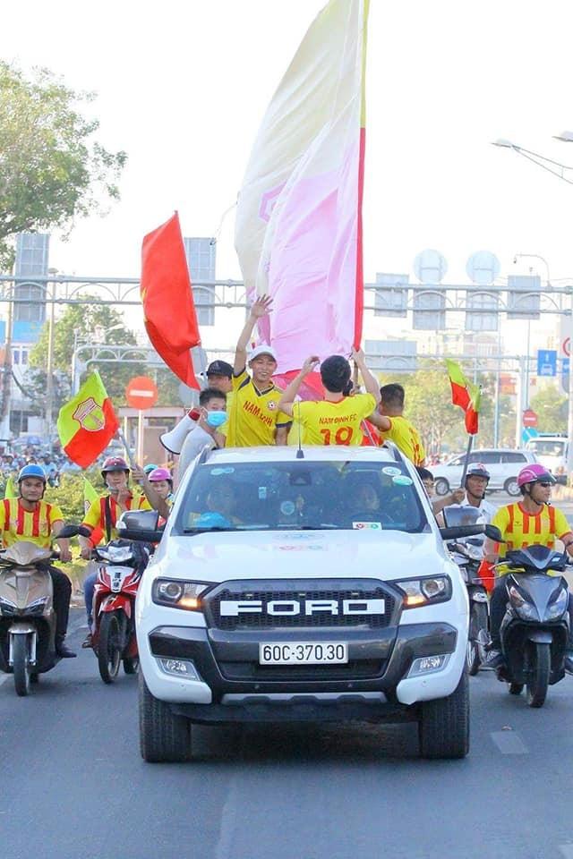 Việc có hàng ngàn cổ động viên Nam Định phía Nam tiếp lửa đã khiến cho các cầu thủ thành Nam có sự khởi đầu lượt về V.League 2019. (ảnh CĐV Nam Định)