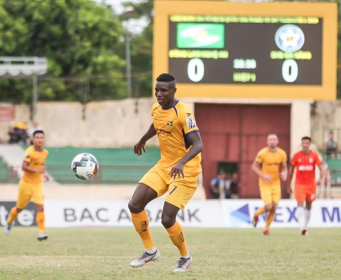 Trong trận đấu tiên Vinicius với Olaha như 2 người bạn xa lạ (ảnh VPF)