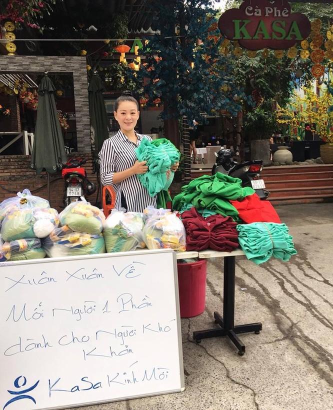 Trang Nhi luôn hướng tới những thân phận nghèo khó như hành động tri ân cộng đồng đã giúp mẹ con chị khi khó khăn (Ảnh VietTimes)