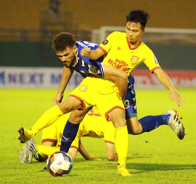 Sau lưng cầu thủ Nam Định là 20.000 khán giả thành Nam. Ảnh VPF.