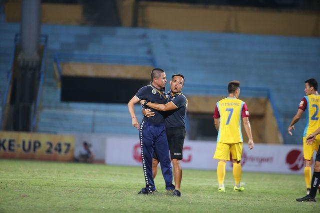 Sau khi trận đấu kết thúc, HLV Chu Đình Nghiêm đã lao vào sân phản ứng trọng tài chính Vũ Phúc Hoan. Ảnh VietTimes