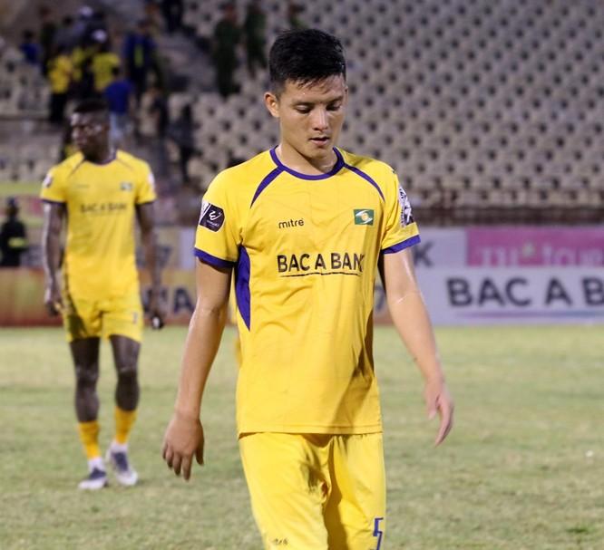 Trung vệ Văn Khánh cho thấy vì sao mình mãi không được vào đội tuyển quốc gia bằng tình huống xử lý vụng vệ. Ảnh Songlamplus.