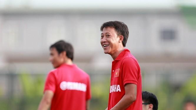 Có được 1 điểm cũng khiến HLV Thành Công nở nụ cười cho lần đầu trở lại sân Vinh. Ảnh VietTimes