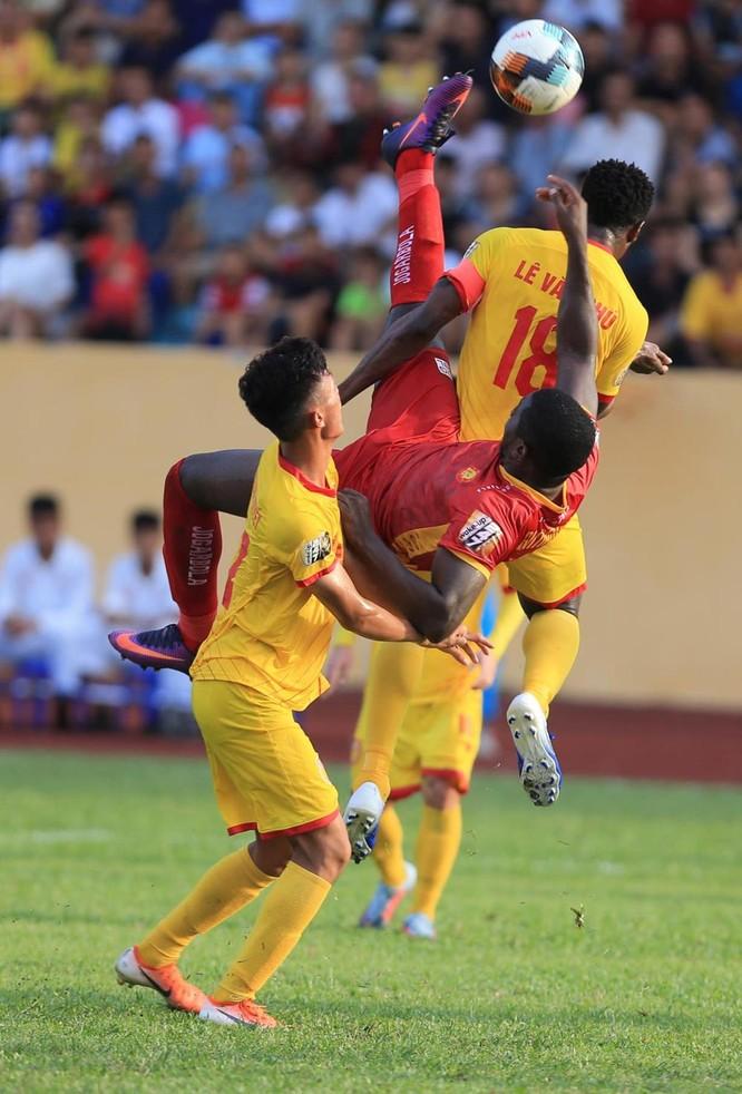 Đội trưởng Lê Văn Phú là nút chặn quan trọng để Nam Định có điểm trên sân khách. Ảnh VPF