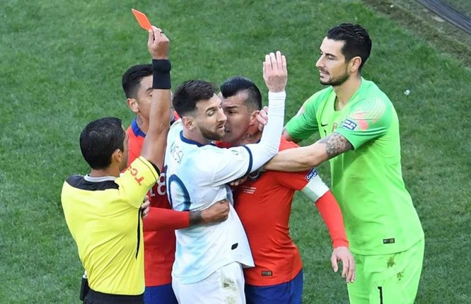 Messi nhận thẻ đỏ trong trận tranh hạng 3 với Chile. Ảnh: Getty Images.