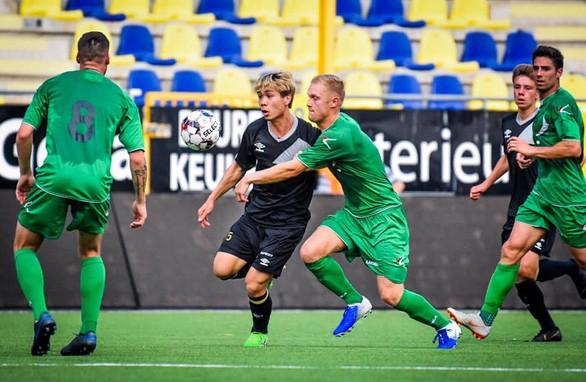 Trong đội hình Sint Truiden, Công Phượng là người được định giá thấp nhất và bất lợi nhất về thể hình, thể lực. Ảnh CLB.