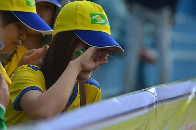 Nước mắt ngày chiến thắng trên khán đài sân Vinh. Ảnh Hội CĐV