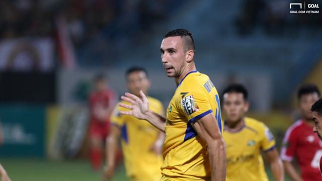 """Khi mà khán giả xứ Nghệ nói nhiều về bộ đôi ngoại binh Olaha, Vinicius không chịu ghi bàn thì Memovic """"gánh hộ"""". Ảnh Goal."""