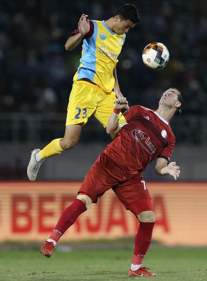 S.Khánh Hòa đã có trận thắng quý giá 2-1 trước chủ nhà TP.HCM. Ảnh VPF.