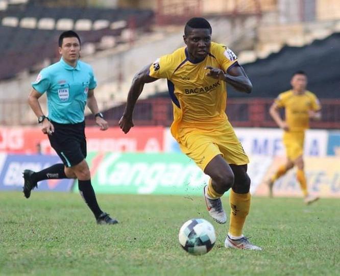Olaha là tiền đạo hỗ trợ phòng ngự tốt nhất V.League 2019. Ảnh VPF.