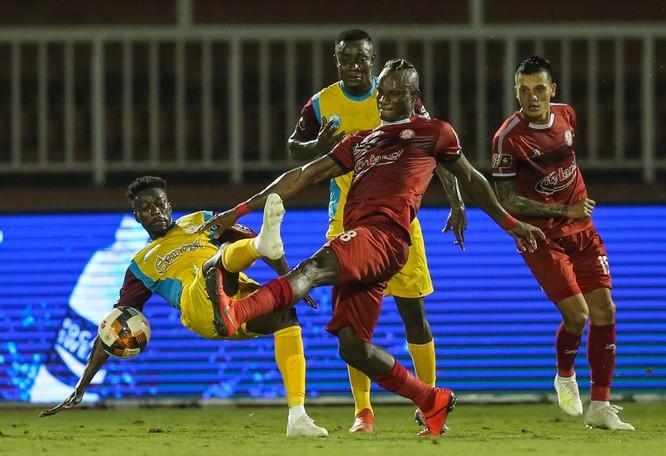 Sau vòng 19, trận thua đội chót bảng S.Khánh Hòa 1-2 đã đẩy đoàn quân HLV Chung Hae-soung vào thế đầy bất lợi. Ảnh VPF.