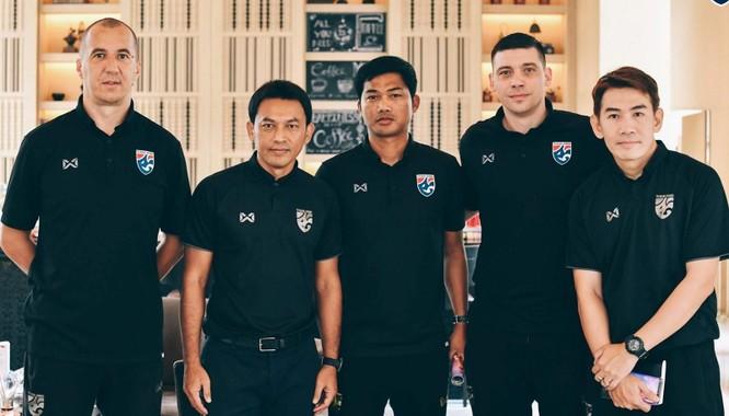 5 trợ lý của HLV Nishino. Ảnh FAT